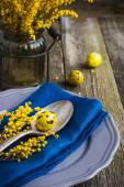 Easter table setting with spring flower and eggs on wooden backg — Stockfoto