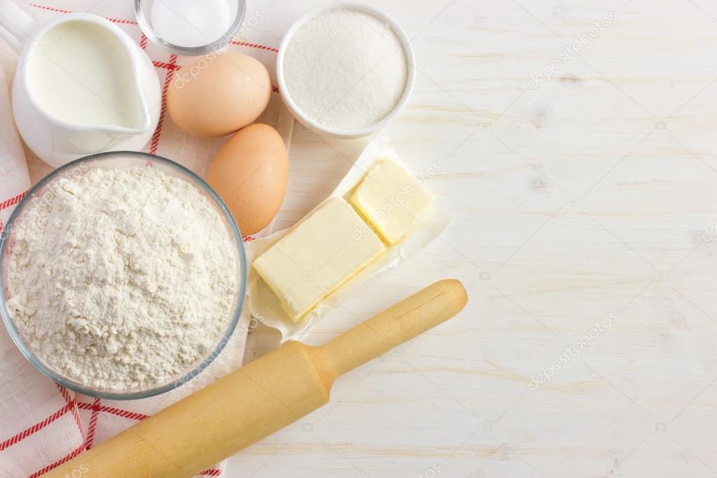 흰색 나무 테이블에 제빵 재료 — 스톡 사진 © Anna_Shepulova #72643925