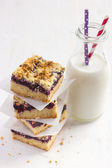 Berries crumble bars and glass of milk — Stock Photo