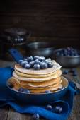 Pancakes with blueberry and powdered sugar in pan — Stock Photo