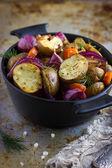 Pommes de terre rôties avec oignons, carottes et l'ail — Photo