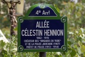 Typical road signs in the city of Paris — Stok fotoğraf