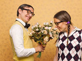 Man nerd giving flowers to his girlfriend — ストック写真