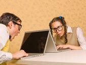 Jovens nerds sentado a mesa com computadores — Fotografia Stock