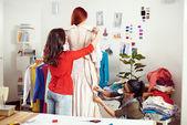 Kadın tasarımcılar bir elbise üzerinde çalışma — Stok fotoğraf