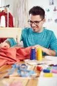 Дизайнер, работающий на швейной машины — Стоковое фото