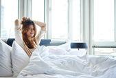 Kvinnan ligger ned på hennes säng — Stockfoto