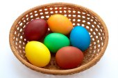 Easter  painted eggs in webbed wooden plate — Fotografia Stock