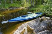 Canoe on shore of lake in Wilderness — Stock Photo