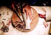 Филе рыбы разрезать на столе — Стоковое фото