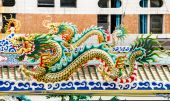 Dragon statue on the roof Chinese temple — Stock Photo