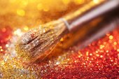 Close-up on makeup brush and gold shining powder — Stock Photo