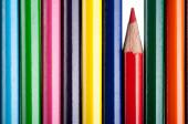 Μεγέθυνση της πολύχρωμα μολύβια. Κόκκινο μολύβι — Φωτογραφία Αρχείου