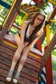 молодая женщина в расслаблении детской площадки — Стоковое фото