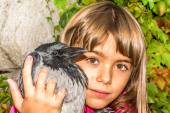 Crow and a little girl — Stockfoto