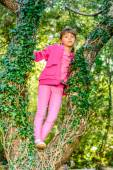 Little girl  standing on the Tree — Stockfoto