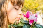 Beautiful little girl with cyclamen flower — Stockfoto