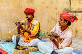 Snake charmer is playing the flute to the snake — Stock Photo