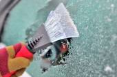 Cleaning car windows — Stock Photo