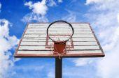 Basket hoop under blue sky — Stock Photo