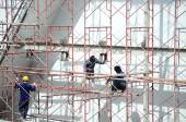 Construction workers in scaffold — Zdjęcie stockowe