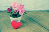 Beautiful heart shape and flower on wooden table background — Foto de Stock
