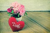Красивое сердечко и цветок на деревянном фоне стола — Стоковое фото