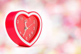 Red heart clock with bokeh background — 图库照片