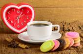Coffee cup and fancy cookie on wooden table — Stock Photo