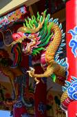 Chinese style dragon statue on the rooftop of temple — Stock Photo