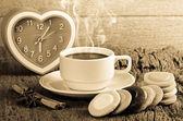 Tazza di caffè e fantasia cookie sulla tavola di legno — Foto Stock