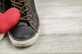 Chaussures et coeur rouge. thème de l'amour — Photo