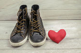 Shoes and red heart. Love theme — Stock Photo