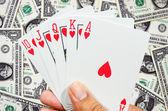 Spoelen van speelkaarten op hand — Stockfoto