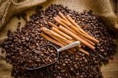 Geröstete Kaffeebohnen in Sack und Kaffeebohnen um — Stockfoto