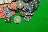 Yeşil zemin üzerine Poker fişleri — Stok fotoğraf