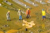 Técnicos em miniatura tentam corrigir o problema — Fotografia Stock