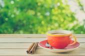 Filiżanka kawy z zielonym tle naturalny — Zdjęcie stockowe