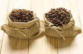 Pražená kávová zrna v pytli — Stock fotografie