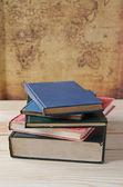 Ahşap masa kitap yığını — Stok fotoğraf