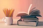 En hög med böcker på träbord — Stockfoto