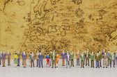 Minyatür insanlar vintage harita arka plan üzerinde — Stok fotoğraf