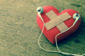Wound heart listen to music — Stock Photo