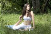Ragazza di praticare lo yoga nel parco — Foto Stock
