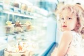 Young girl selection of cakes in the bakery section — Stock Photo