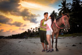 Vacation Lifestyles. Couple Horseback Riding at Sunset — Foto de Stock