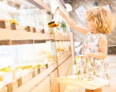 Young girl selection of cakes in the bakery section — 图库照片