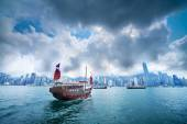 Traditional Chinese Junkboat sailing in Victoria Harbour — Stock Photo