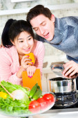 Husband and wife preparing food in the kitchen — Stock Photo