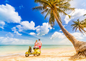 Couple on the beach with retro bike — Foto de Stock